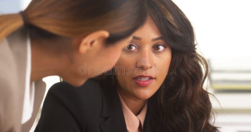 Hispanische Geschäftsfrauen, die eine Diskussion haben lizenzfreies stockbild
