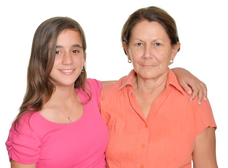 Hispanische Jugendliche und ihre Großmutter lokalisiert auf Weiß lizenzfreies stockfoto