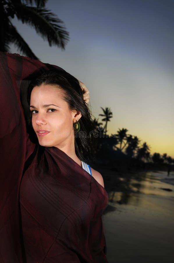 Hispanische Schönheit auf tropischem Strand lizenzfreies stockfoto