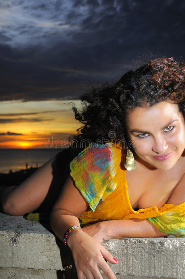 Hispanische Schönheit am Sonnenuntergang lizenzfreies stockbild