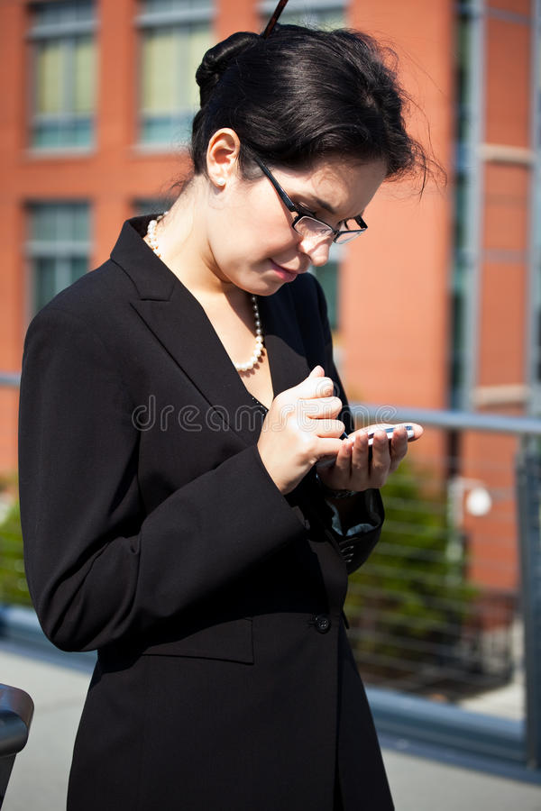 Hispanische texting Geschäftsfrau lizenzfreie stockfotos