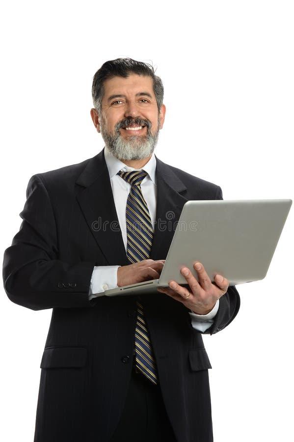 Hispanischer Geschäftsmann Holding Laptop lizenzfreie stockfotos