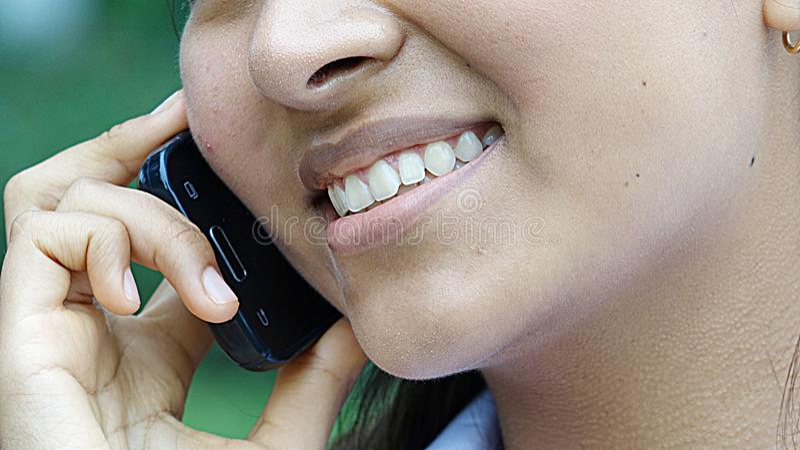 Hispanischer Knabe, der am Telefon spricht stockbild