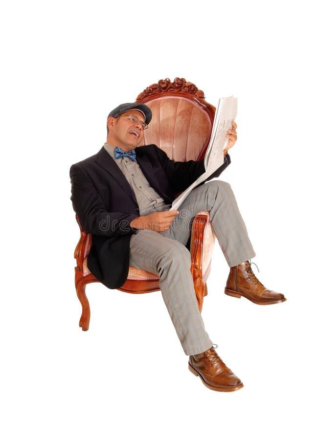 Hispanischer Mann, der die Zeitung liest stockfoto