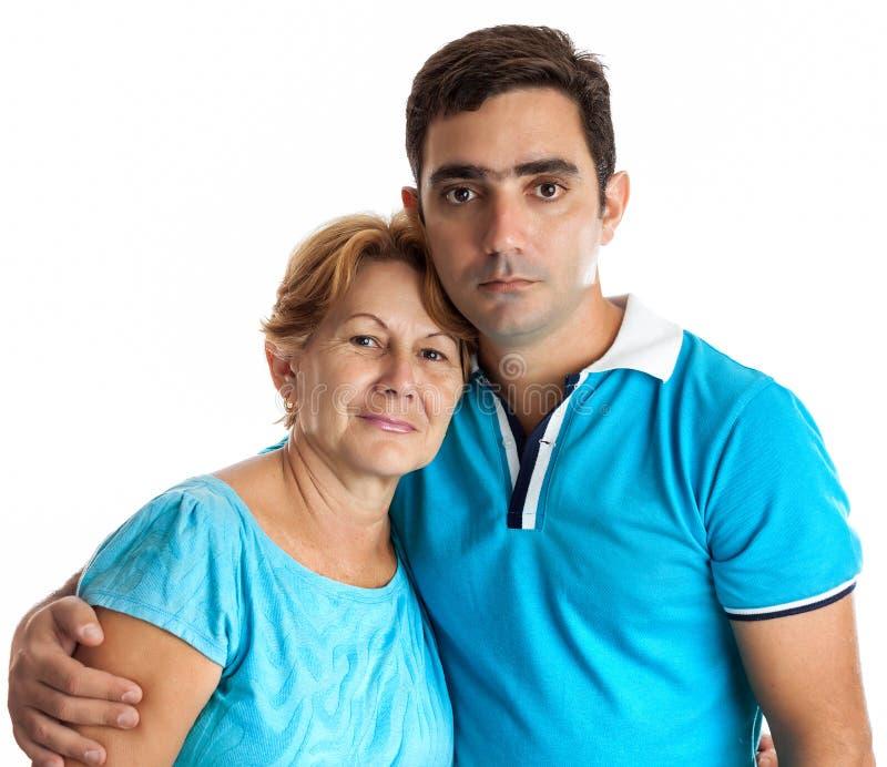 Hispanischer Mann, der seine Mutter umarmt lizenzfreies stockbild