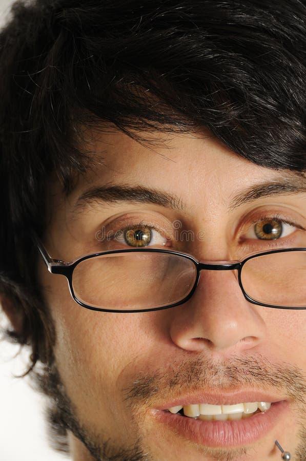 Hispanischer Mann mit Lesegläsern stockfoto