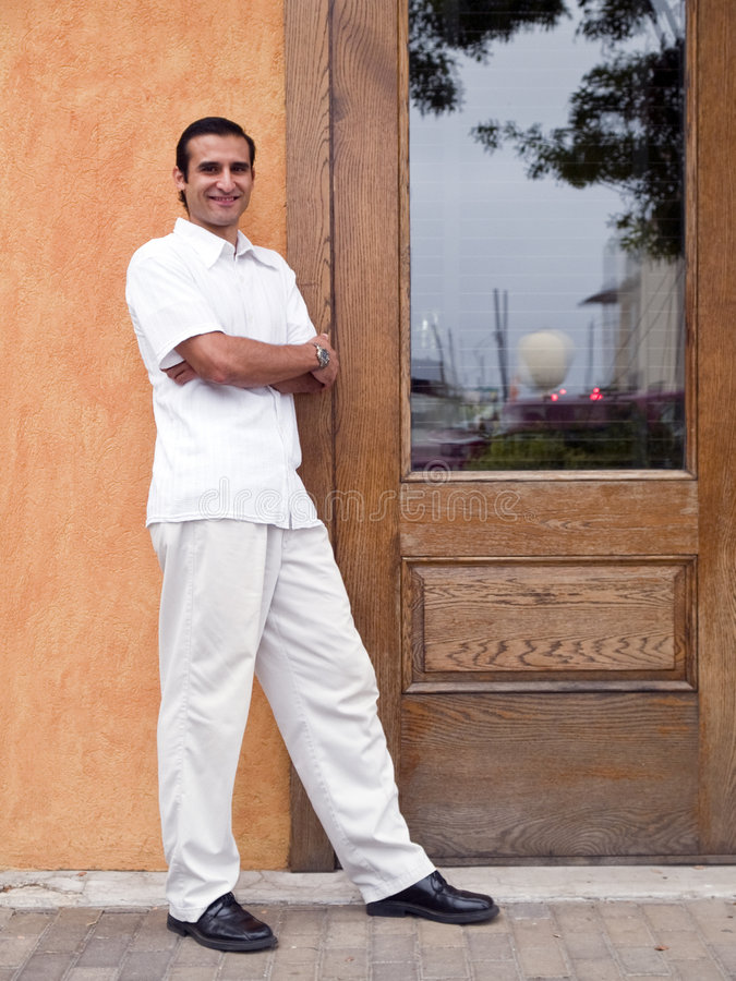 Hispanischer Mann nahe bei Tür lizenzfreies stockfoto