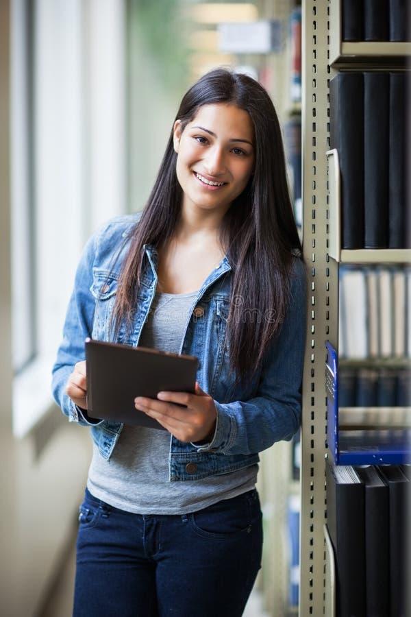Hispanischer Student, der Tablette PC verwendet stockfoto
