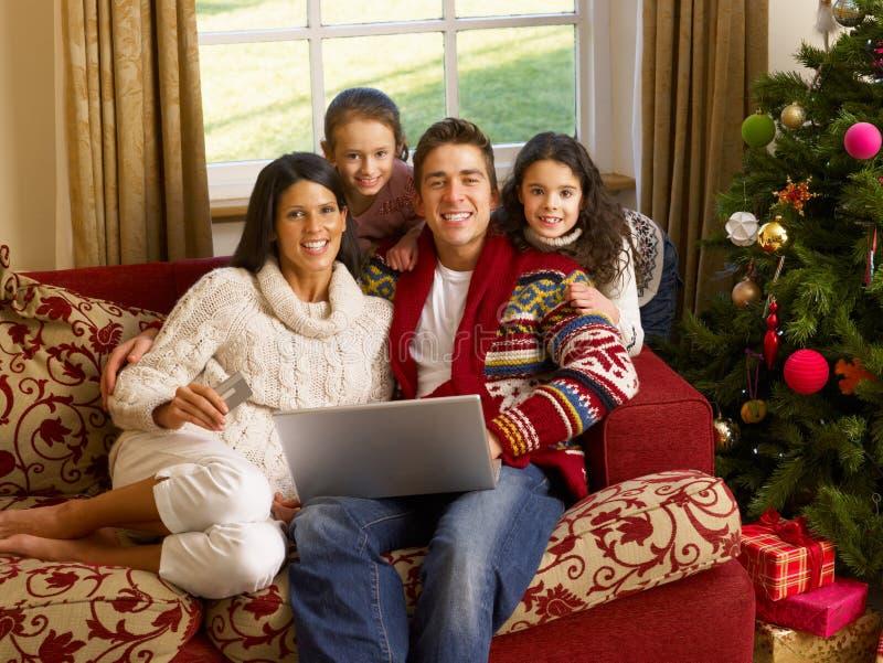 Hispanisches Familie Weihnachtseinkaufen online lizenzfreie stockbilder