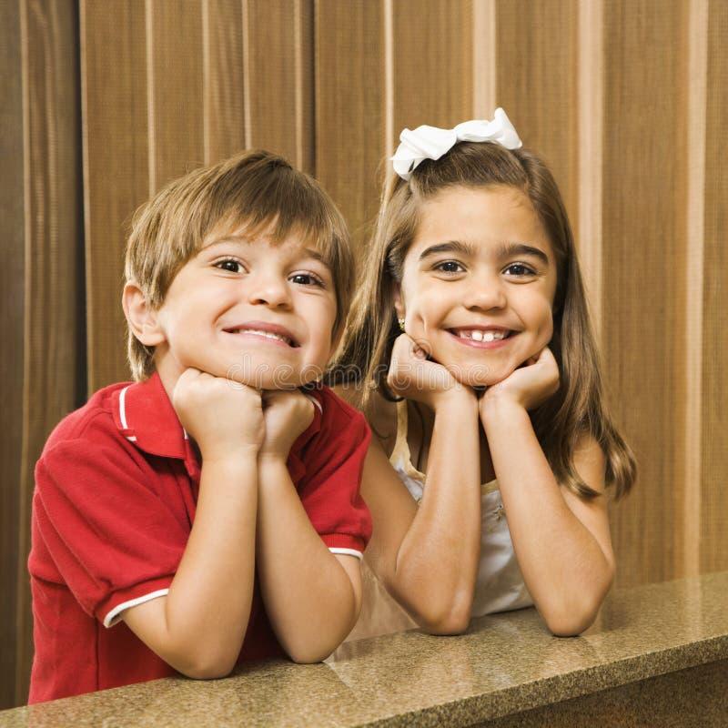 Hispanisches Geschwisterportrait. lizenzfreie stockfotografie