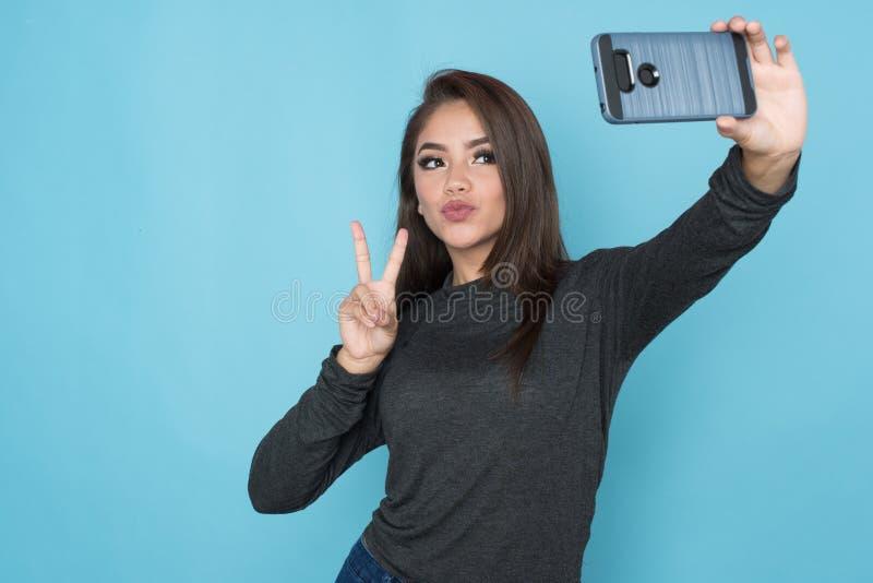 Hispanisches Mädchen, das Selfie nimmt lizenzfreie stockfotografie