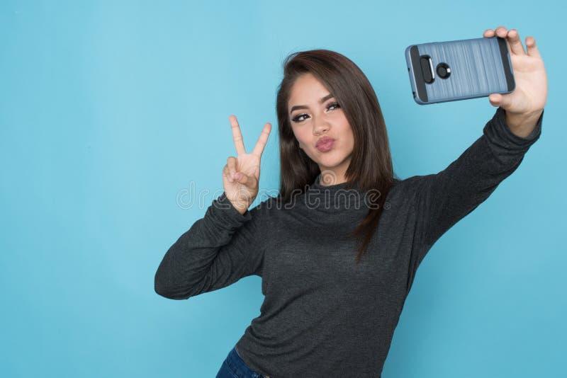 Hispanisches Mädchen, das Selfie nimmt stockfotografie