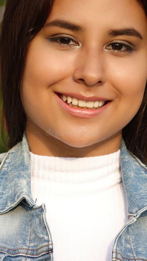 Hispanisches Mädchen-jugendlich Porträt lizenzfreie stockbilder