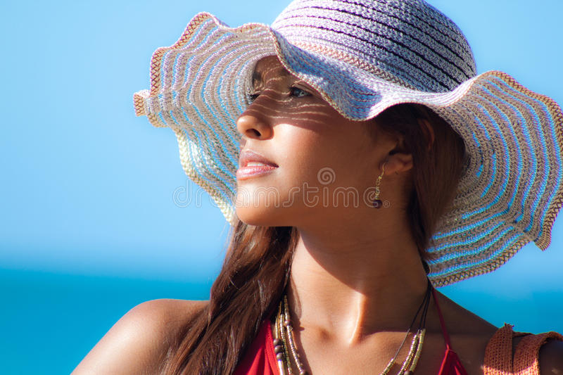 Hispanisches Mode-Modell in Sun-Hut am Strand lizenzfreies stockbild
