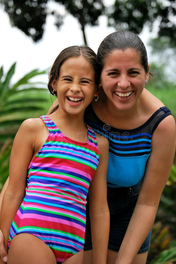 Hispanisches Mutter- und Tochterlächeln stockfotografie