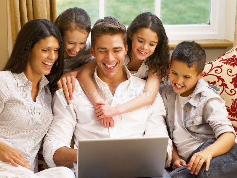 Hispanisches Onlineeinkaufen der Familie zu Hause lizenzfreie stockfotografie