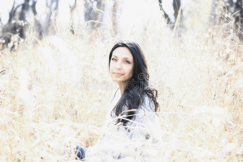 Hispanos milenarios jovenes hermosos, indio americano, retrato multirracial de la mujer joven fotografía de archivo