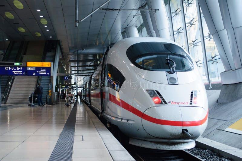 Hispeed för IS 3 drev i den Traain för Frankfurt flygplats stationen arkivbild