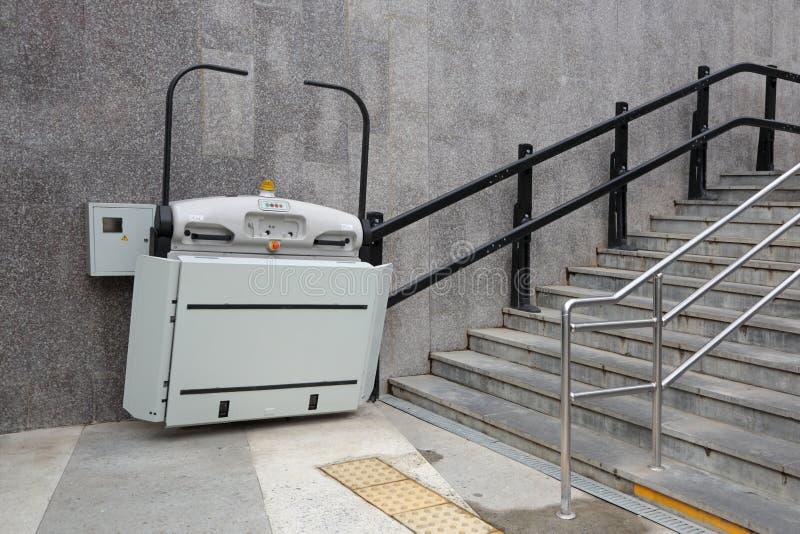 Hiss för handikappade personer arkivfoto