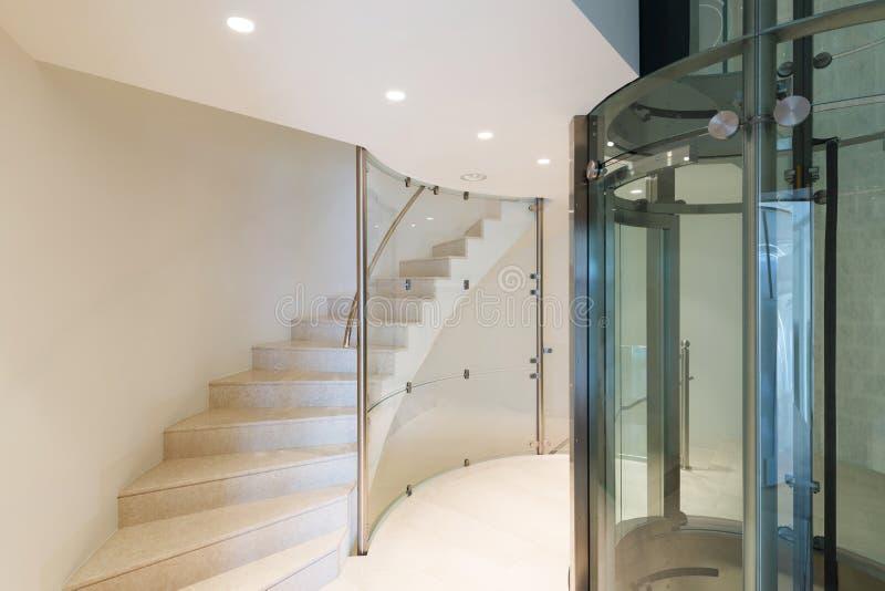 Hiss i en modern byggnad royaltyfri foto