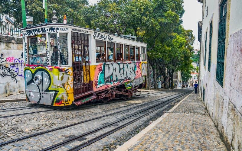Hiss i Lissabon Portugal den typiska turist- fläcken royaltyfria bilder
