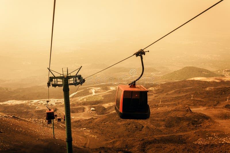 Hissar lyfter turister till Mount Etna p? soluppg?ng, Catania, Sicilien, Italien fotografering för bildbyråer