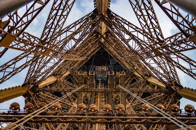 Hissaxel på Eiffeltorn i ett brett vinkelskott royaltyfri foto