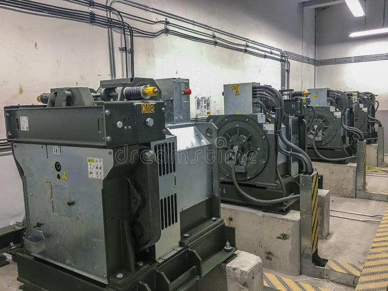 Hissmotor i hisskontrollrummet arkivfoto