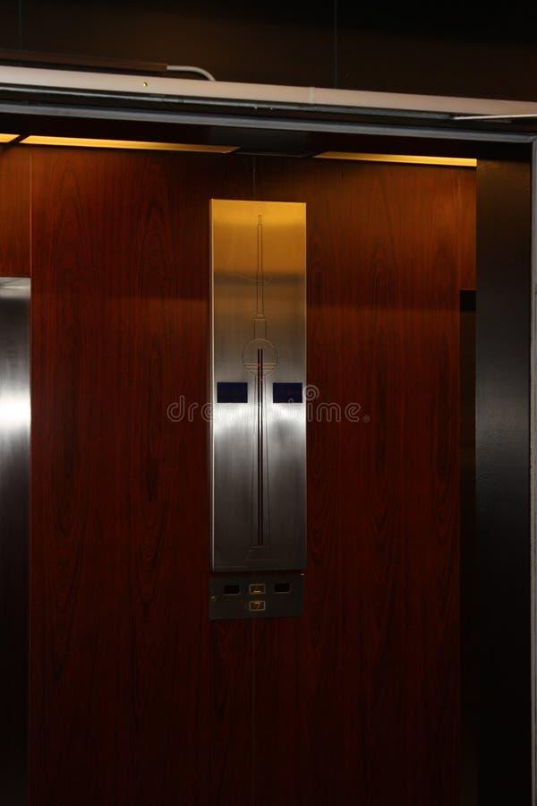 Hissvägg av det berlin televisiontornet arkivbild