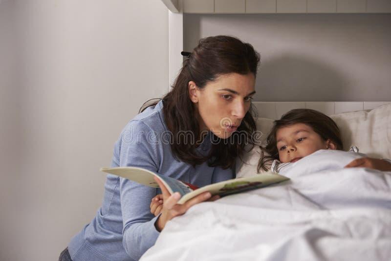 História da leitura da mãe ao filho em horas de dormir fotos de stock royalty free