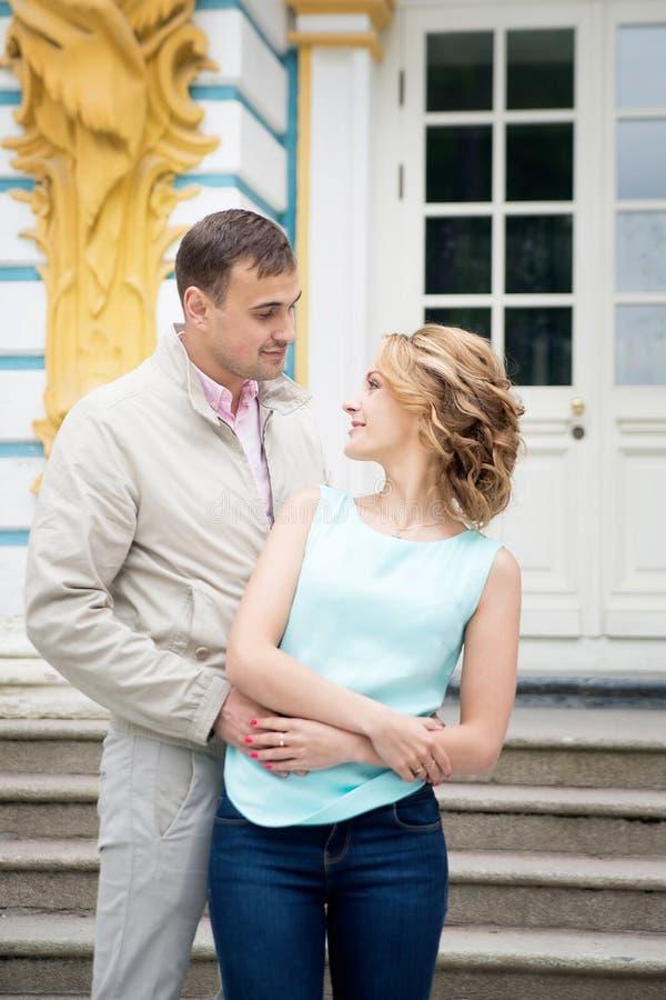 História de amor, par novo Relacionamento romance outdoor imagens de stock royalty free