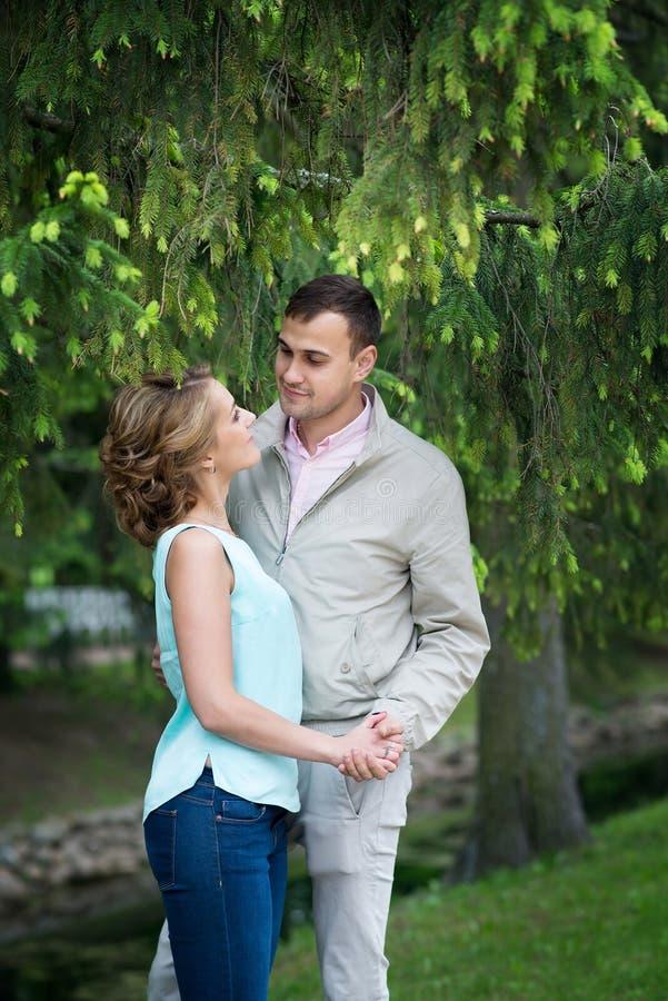 História de amor, par novo Relacionamento romance outdoor fotografia de stock