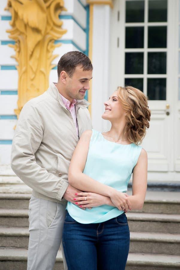 História de amor, par novo Relacionamento romance outdoor fotografia de stock royalty free