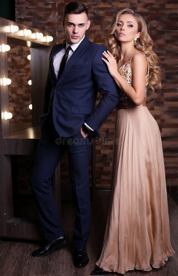 História de amor pares 'sexy' bonitos mulher loura lindo e homem considerável imagem de stock royalty free