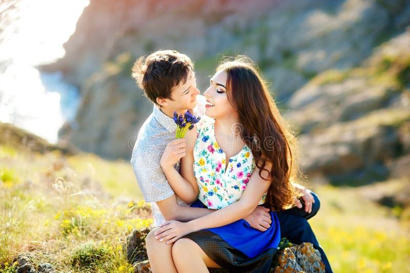 História de amor, retrato de pares novos Pares loving novos bonitos que abraçam na natureza O conceito do bom humor foto de stock