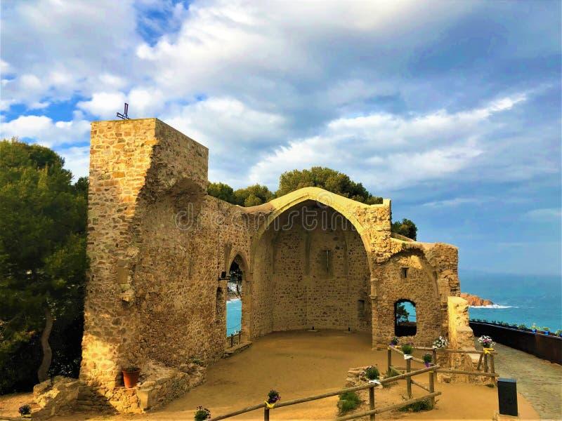História, tempo e ruínas em Tossa de Mar, Espanha fotos de stock