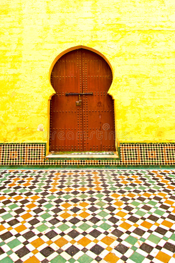 Histórico en la madera antigua de África del estilo de Marruecos de la puerta del edificio fotos de archivo