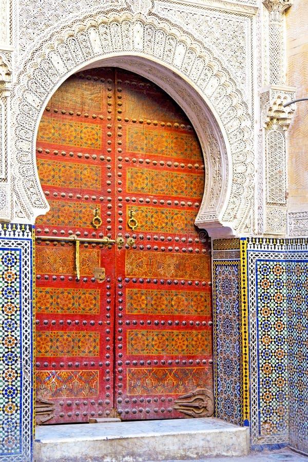 Histórico na madeira antiga de África do estilo de Marrocos da porta da construção imagem de stock royalty free