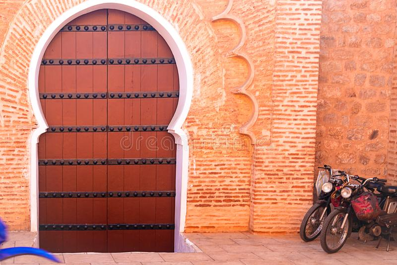 Hist?rico na madeira antiga e no metal de ?frica do estilo de Marrocos da porta da constru??o oxidados fotografia de stock