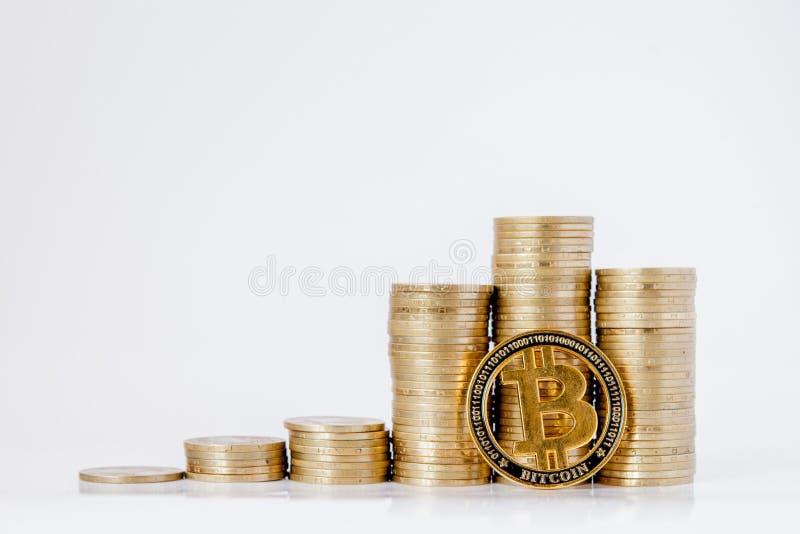 Histograma de monedas y del bitcoin en el fondo blanco Concepto de crecimiento de la moneda, ahorros fotos de archivo libres de regalías