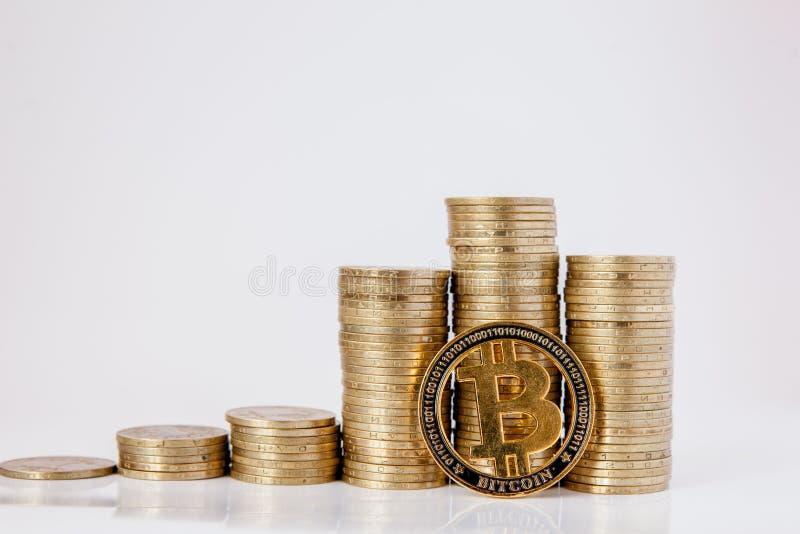 Histograma de monedas y del bitcoin en el fondo blanco Concepto de crecimiento de la moneda, ahorros fotos de archivo