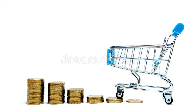 Histogramm von Münzen und von Einkaufswagen oder von Supermarktlaufkatze auf einem weißen Hintergrund, Geschäftsfinanzeinkaufskon lizenzfreie stockbilder