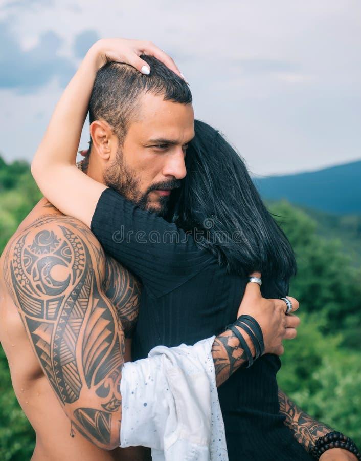 Histoire d'amour Beau jeune ?treindre de couples Concept d'amour Le couple ?treint Couples d'amour de passion Moment romantique images stock