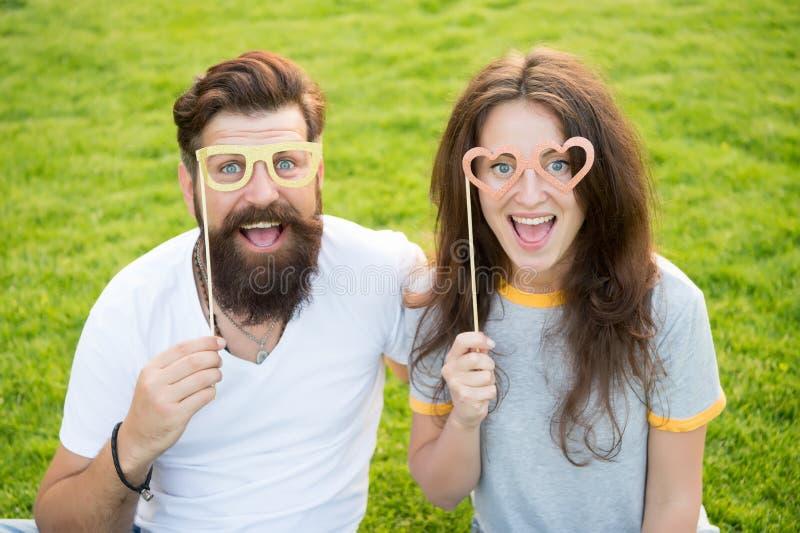 Histoire d'amour Couplez la pelouse verte de détente Hippie barbu d'homme et jolie femme dans l'amour Vacances d'?t? Couples ?mot images libres de droits