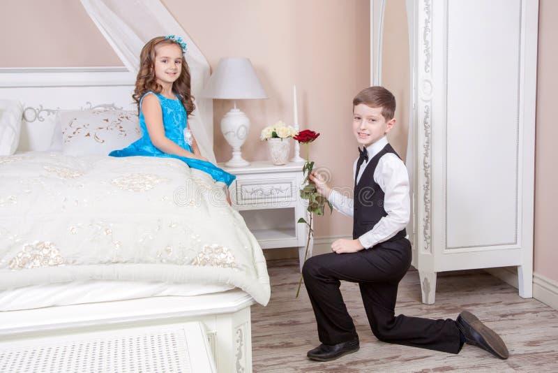 Histoire d'amour d'enfants photos libres de droits