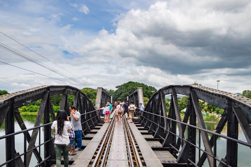 Histoire de pont de kwai de rivière de visite guidée à pied de personnes de la deuxième guerre mondiale photographie stock