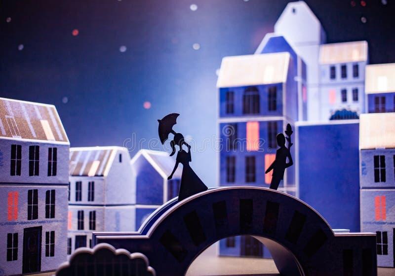 histoire romantique de rencontre fille et garçon sur un pont personnage de dessin animé images stock