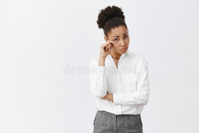 Histoire triste d'audition de fille de collègue, essuyant la larme de l'oeil, la tristesse se sentante et la peine Portrait d'Afr photos libres de droits