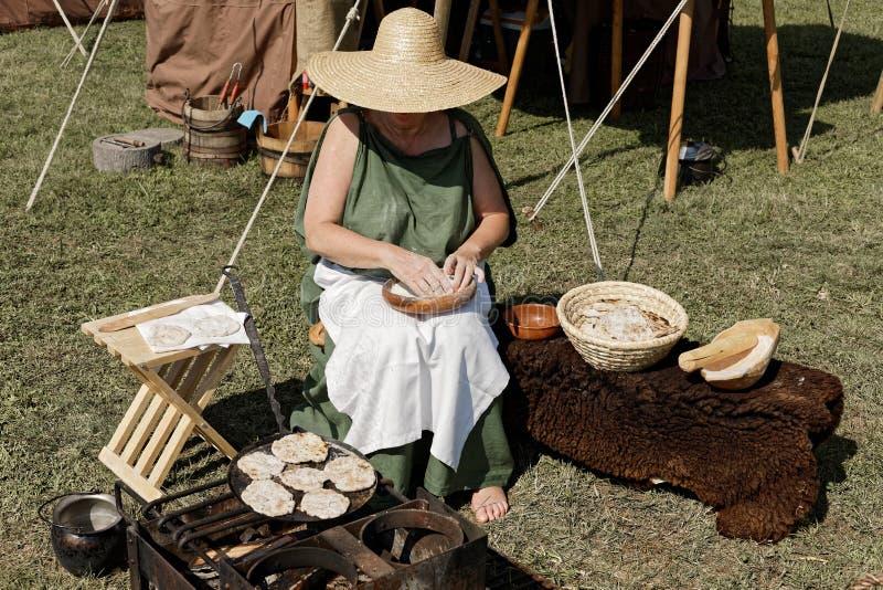 Historia życia w starożytnych czasach rzymskich kobieta gotuje jedzenie na zewnątrz obrazy royalty free