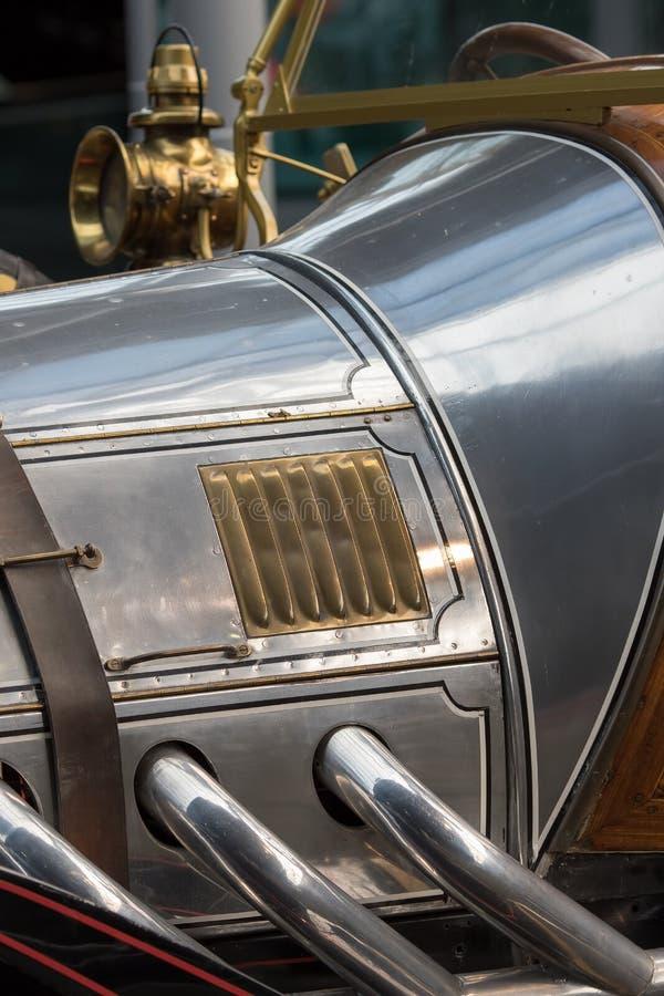Historia av bilen Antik bil i närbild Tappningkromdetalj royaltyfri foto